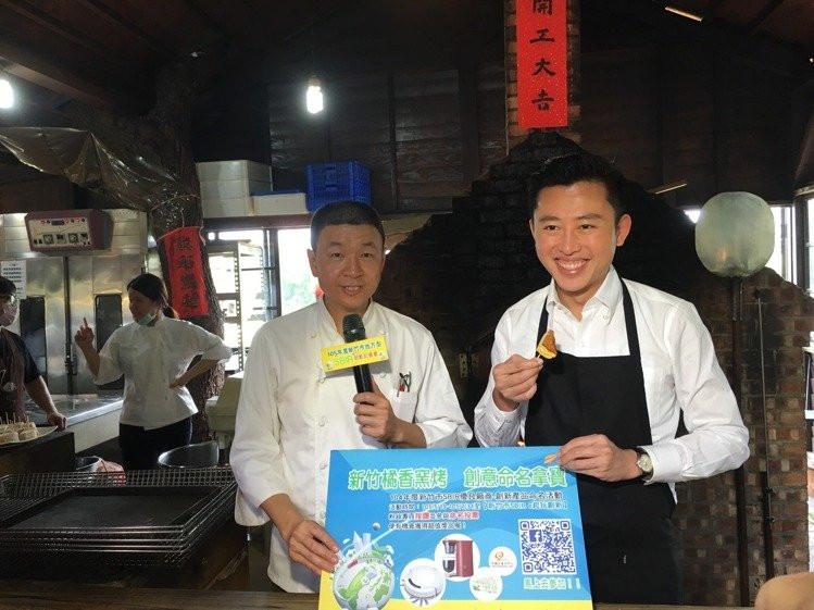 新竹市長林智堅(右)在薪石窯總經理許禮瑩(左)指導之下,親自體驗紅藜米吐司製作。 吳佳汾/攝影