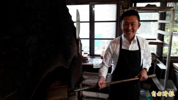 新竹市傳產升級,薪石窯麵包也做出紅藜米吐司,市長林智堅也來體驗手做麵包。(記者洪美秀攝)
